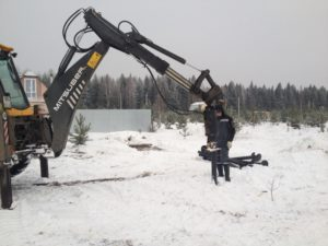 Монтаж свайного фундамента трактором